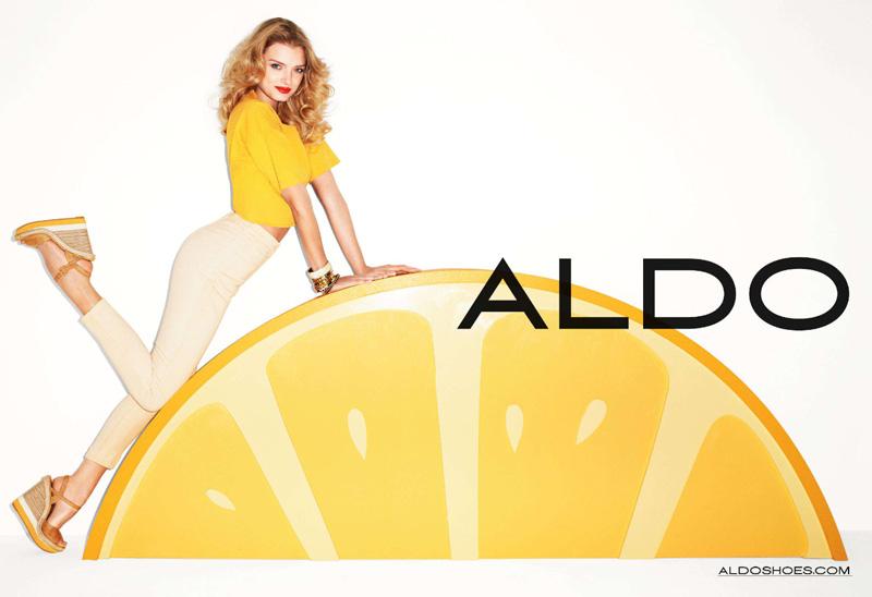 девушка оседлала лимон