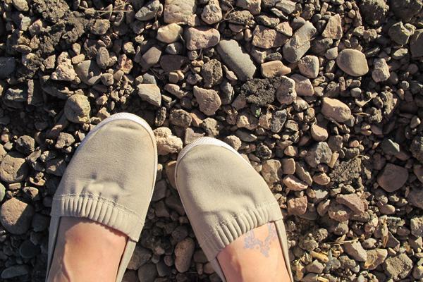 стоя на камнях
