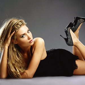 девушка в черных туфлях