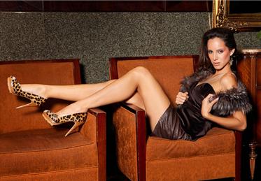 коричневый диван и туфли