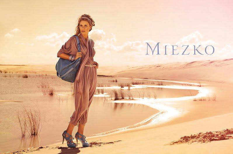 стильная женщина в пустыне