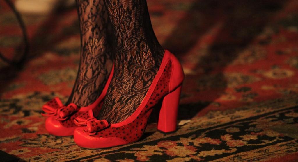 красные туфли с черными туфлями
