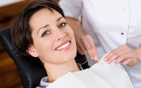красивая девушка у стоматолога